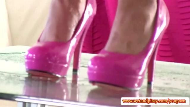 Solo piss fetish babe pees in her highheels