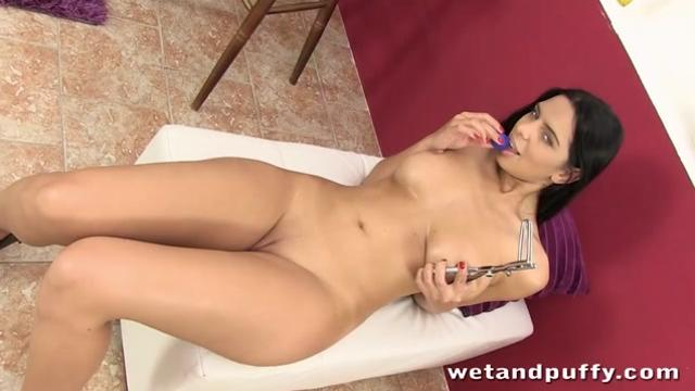 big boobed brunette stretches her pussy wide open